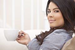 喝西班牙茶妇女的美丽的咖啡 免版税库存图片