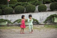 喝软饮料和使用与朋友的泰国女孩 图库摄影