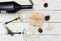 喝酒与在一张木桌和礼物盒上的两块玻璃 平的位置 库存图片