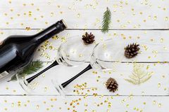 喝酒与在木桌和圣诞节装饰上的两块玻璃 图库摄影