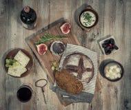 喝酒与蔬菜、水果和乳酪在木桌上 库存照片