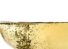 喝酒在玻璃,宏指令,酒,飞溅,泡影,纹理,嘶嘶响波浪,被隔绝 库存图片
