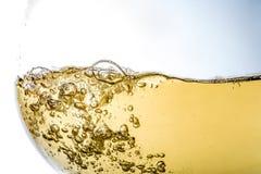 喝酒在玻璃,宏指令,酒,飞溅,泡影,纹理,嘶嘶响波浪, 免版税库存照片