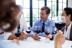 喝酒杯的小组买卖人在工作午餐会议期间 库存照片