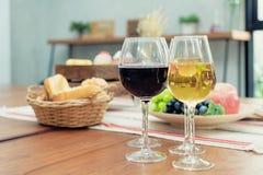 喝酒用在篮子的在木桌上的面包和果子在resta 图库摄影