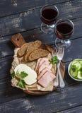 喝酒的可口快餐 熏制的火腿、乳酪和两块玻璃用红葡萄酒 库存图片