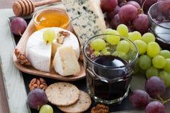 喝酒的被分类的开胃菜-乳酪,新鲜的葡萄,薄脆饼干 免版税库存图片