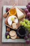 喝酒的被分类的开胃菜-乳酪,新鲜的葡萄,薄脆饼干 免版税库存照片