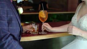 喝酒精饮料的年轻夫妇 股票录像
