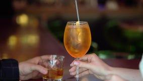 喝酒精饮料的年轻夫妇 股票视频