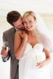 喝香宾的新娘和新郎在婚礼 免版税图库摄影