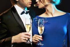 喝香槟的典雅的夫妇 免版税库存图片