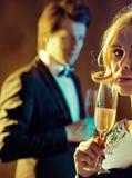 喝香槟的夫妇的美好的射击 免版税库存照片