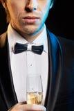 喝香槟的英俊的年轻人 库存图片