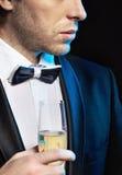 喝香槟的年轻人 免版税库存照片