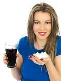 喝高糖泡沫腾涌的饮料的少妇 免版税库存照片