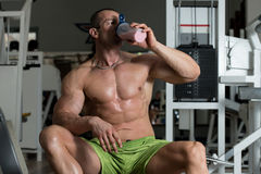 喝从一个瓶的爱好健美者水 免版税库存照片