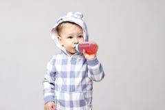喝从一个sippy杯子的射击一个小男婴 免版税图库摄影