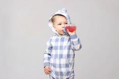 喝从一个sippy杯子的射击一个小男婴 免版税库存图片