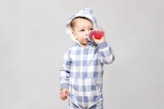 喝从一个sippy杯子的射击一个小男婴 免版税库存照片