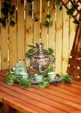 喝从俄国式茶炊的茶的全国俄国传统。 库存图片