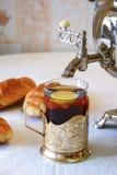 喝从俄国式茶炊的茶 库存照片
