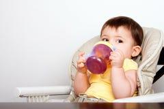 喝婴儿sippy的婴孩杯子 库存图片