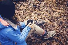 喝从在森林和山湖的一个杯子的旅行女孩 免版税库存照片