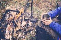 喝从杯子的旅行女孩 野营远足生活方式 免版税图库摄影