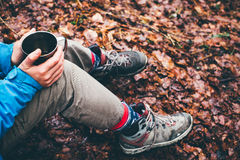 喝从杯子的旅行女孩 野营远足生活方式 库存图片