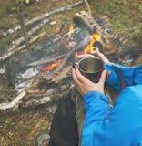 喝从杯子的旅行女孩 野营远足生活方式 免版税库存照片