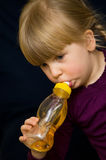 女孩喝   免版税库存图片