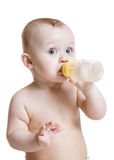 喝从瓶的可爱的婴孩 免版税库存照片