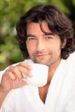 喝他的咖啡的人 库存照片