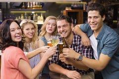 喝年轻的朋友一杯一起 库存照片