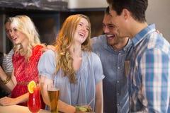 喝年轻的朋友一杯一起 免版税库存照片