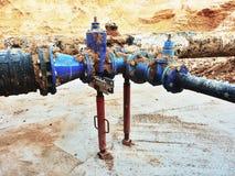 喝水管被加入的闸式阀和减少成员 被修理的完成 库存照片
