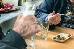 喝ouzo的顾客在拉里萨,希腊 库存照片