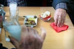 喝ouzo的顾客在拉里萨,希腊 免版税库存照片