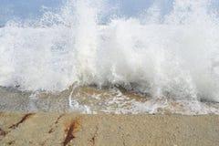 喧嚣的波浪,蓝色海 免版税库存图片