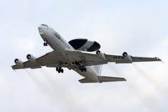 喧闹和抽烟的AWACS离开 免版税库存照片