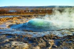 喷发喷泉的Strokkur在Geysir,冰岛 库存照片