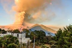 喷发在与超级长久,危地马拉的黎明的开火火山 免版税库存照片