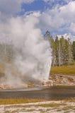 喷发在河岸的喷泉 图库摄影