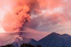 喷发在黎明的开火火山,在安提瓜岛附近,危地马拉 免版税库存照片
