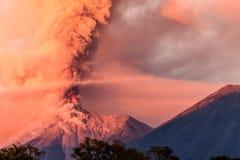 喷发在黎明的开火火山,在安提瓜岛附近,危地马拉 库存照片