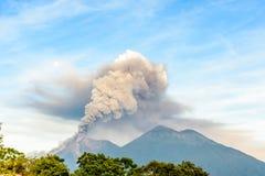 喷发在黎明的开火火山在危地马拉 库存照片