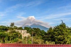 喷发开火火山在危地马拉 免版税库存照片