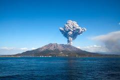 喷发日本鹿儿岛mt s sakurajima的城市 库存图片