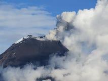 喷发火山 免版税库存照片